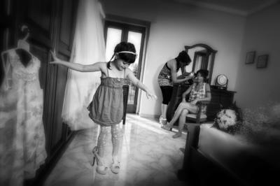 la bambina gioca